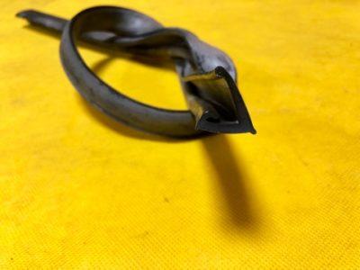 Уплотнитель переднего крыла на боковой панели передка